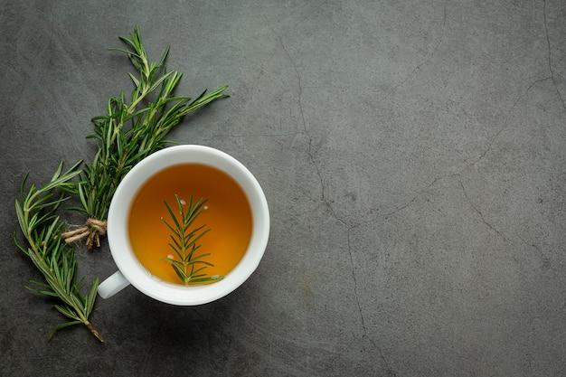 Chá quente de alecrim na xícara pronto para beber