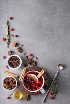 Chá quente de cranberry com limão e mel em uma caneca branca, vista de cima