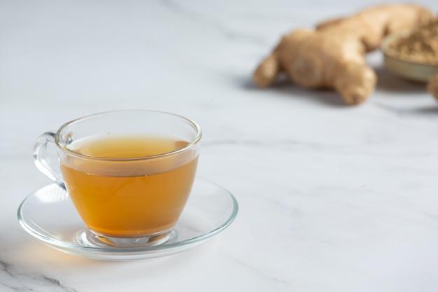 Chá quente de gengibre na mesa