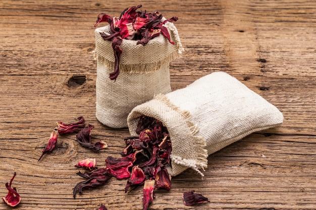 Chá quente de hibisco com pétalas secas