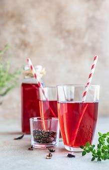 Chá quente de hibisco ou karkade com ervas e folhas de chá secas chá de ervas com vitaminas para resfriados e gripes