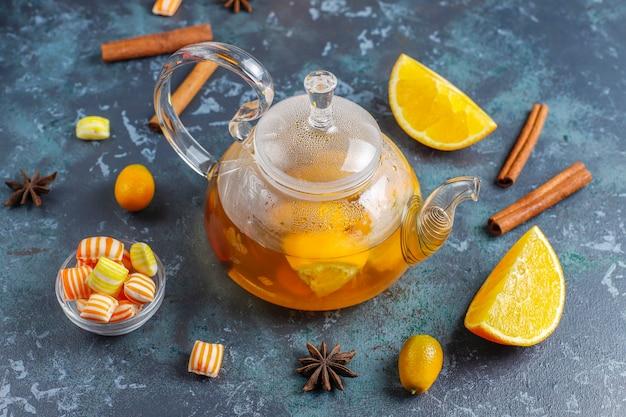 Chá quente de inverno de aquecimento saudável com laranja, mel e canela.
