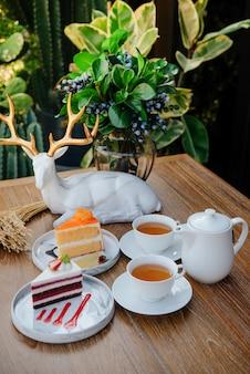 Chá quente de manhã com bolos