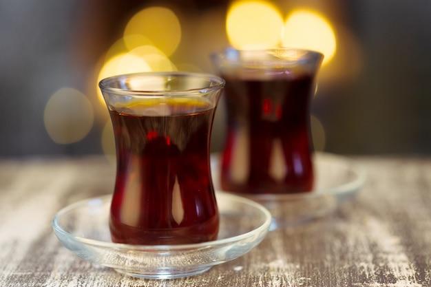 Chá quente de natal e luz bokeh