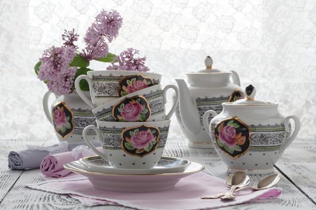 Chá quente de sabugueiro fresco com flores e folhas de sabugueiro