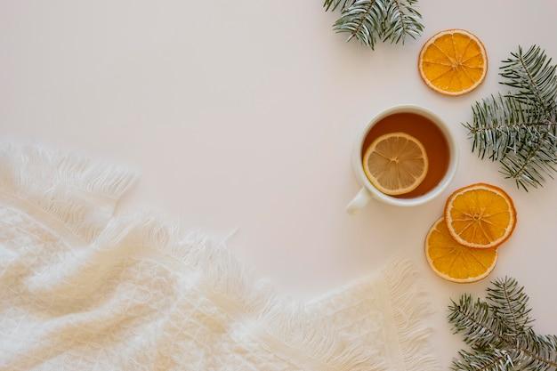 Chá quente delicioso com rodelas de limão
