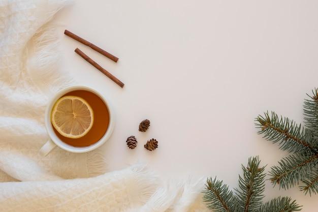 Chá quente delicioso com rolinhos de canela