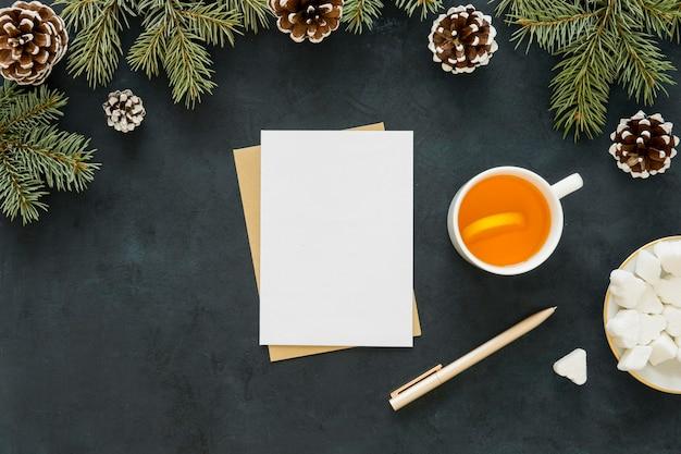 Chá quente delicioso junto com agulhas de pinheiro
