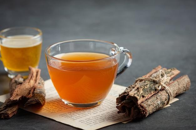 Chá quente e casca na mesa