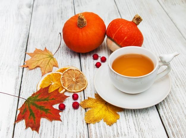 Chá quente e folhas de outono