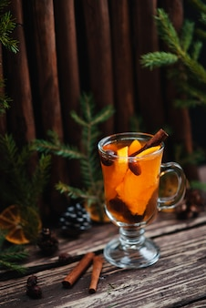 Chá quente e fruta laranja na mesa de madeira