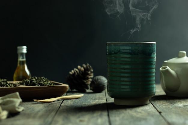 Chá quente e fumaça em um copo na mesa