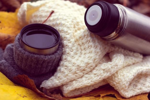 Chá quente e garrafa térmica. outono aconchegante
