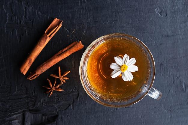 Chá quente em uma xícara de chá saudável