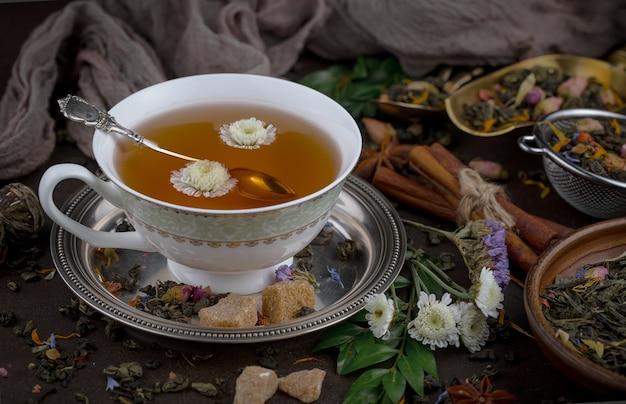 Chá quente em uma xícara em um fundo antigo