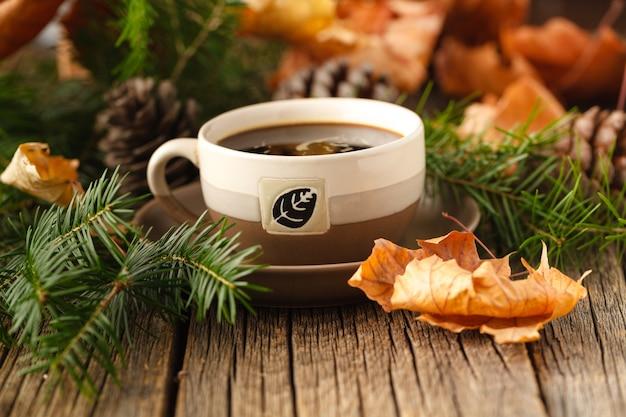 Chá quente na mesa de madeira rústica com elementos da floresta