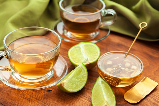 Chá quente refrescante de frutas cítricas em copo close up