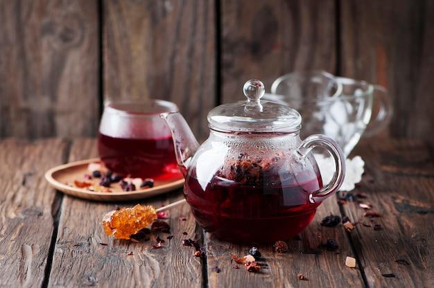 Chá quente vermelho na mesa de madeira