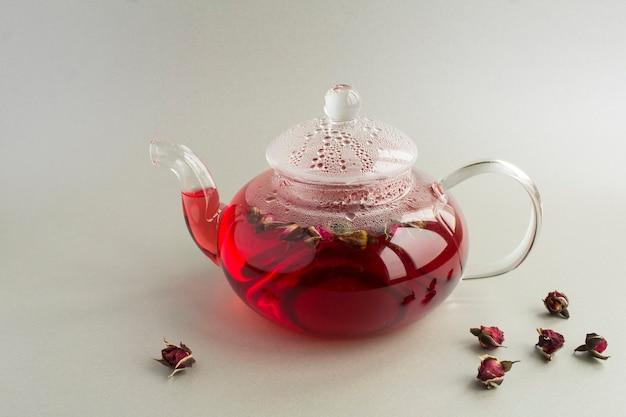 Chá rosa com rosas no bule de vidro. fechar-se. copie o espaço.