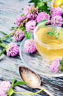 Chá saudável com trevo