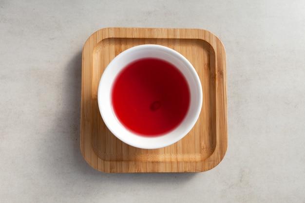 Chá schizandra. vista do topo. a bebida tradicional coreana é produzida com erva-cidreira chinesa.
