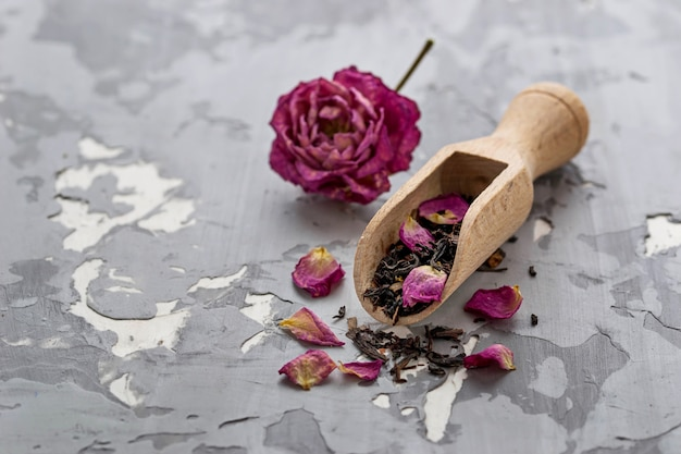 Chá seco com pétalas de rosa