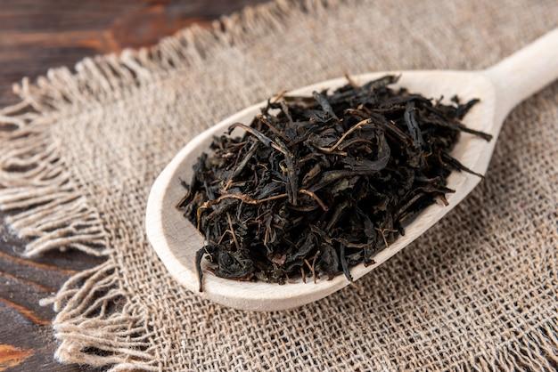 Chá seco de ivan na mesa de madeira.