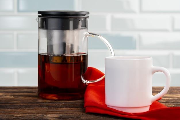 Chá servido em uma mesa de cozinha de madeira