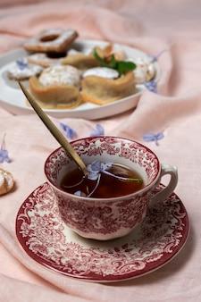 Chá tradicional com menta e doces árabes variados