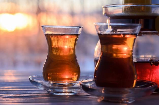 Chá turco com copo de vidro autêntico