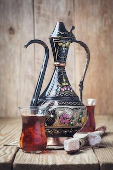 Chá turco com doces orientais em mesa de madeira