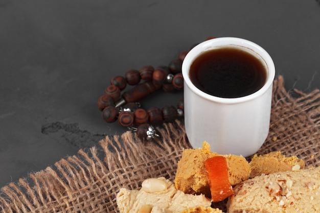 Chá turco com sobremesas orientais na mesa