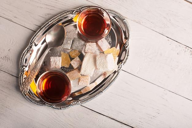 Chá turco em cima da mesa