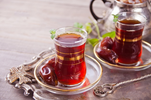 Chá turco em copos de vidro tradicionais na bandeja