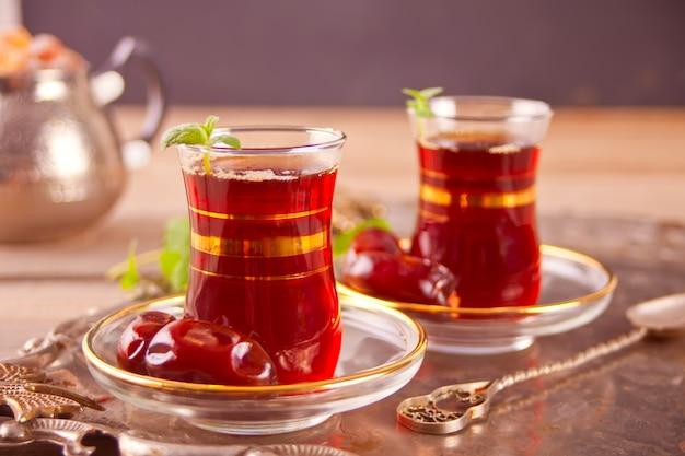 Chá turco em copos de vidro tradicionais