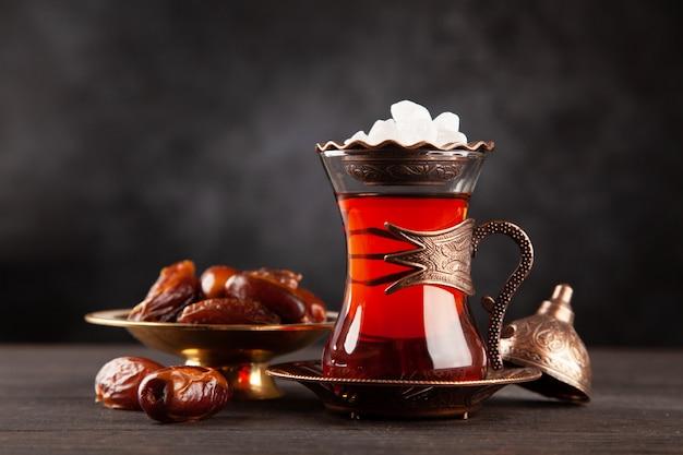 Chá turco em um copo