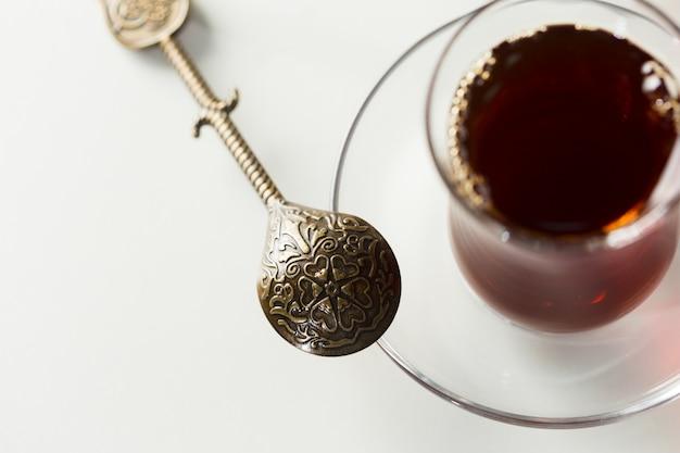 Chá turco em vidro tradicional isolado no fundo branco