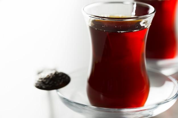 Chá turco em vidro tradicional isolado