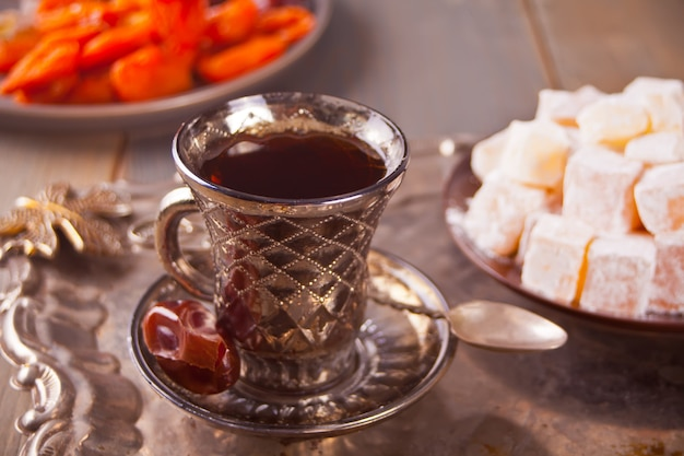 Chá turco em xícara e doces