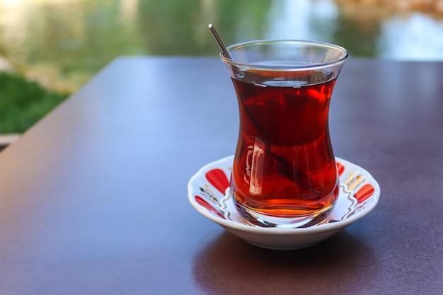 Chá turco em xícara tradicional sobre a mesa