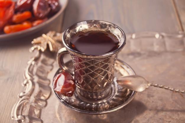 Chá turco no copo na bandeja de metal