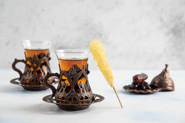 Chá turco perfumado na superfície branca
