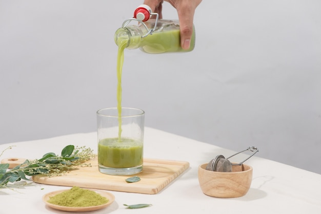 Chá verde caseiro refrescante para a saúde em fundo branco