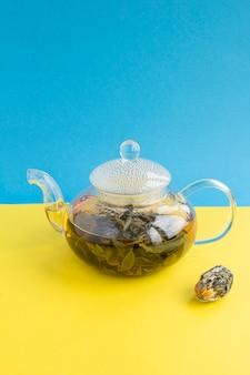 Chá verde com flor de lótus no bule de vidro. fechar-se. copie o espaço.