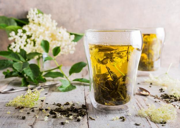 Chá verde com flor mais velha