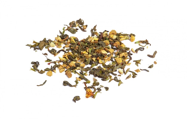 Chá verde com flores secas em branco. fechar-se