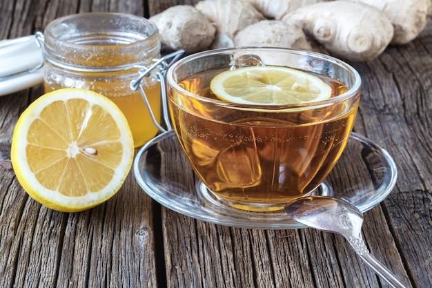 Chá verde com limão fatiado