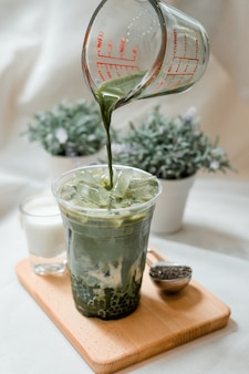 Chá verde com sagu em copo de plástico