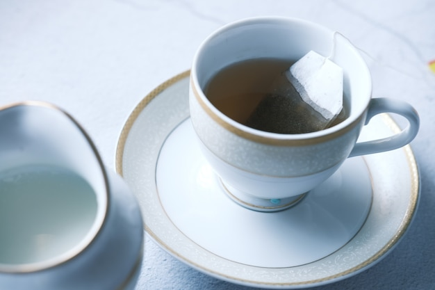 Chá verde com saquinho de chá na superfície dos ladrilhos