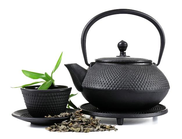 Chá verde com utensílios pretos, isolado no branco